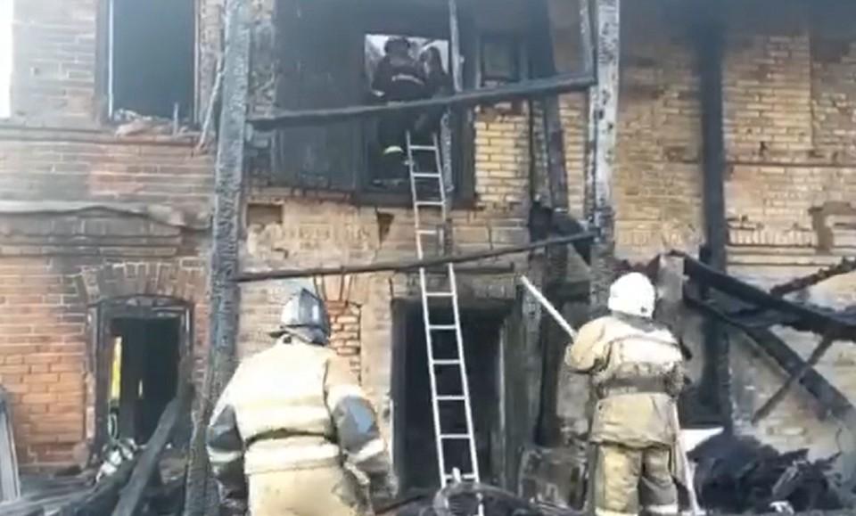 Пожар случился в многоквартирном доме по улице Советской. Кадр видео МЧС России.