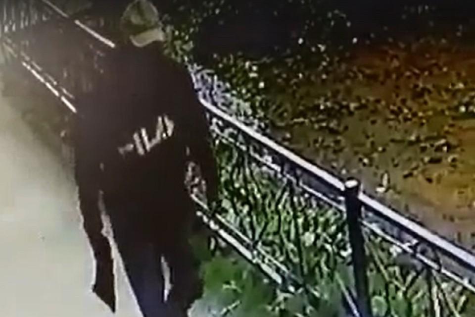 Появилось видео со стрелком, ранившим 21-летнего парня на рынке в Новосибирске. Фото: стоп-кадр.