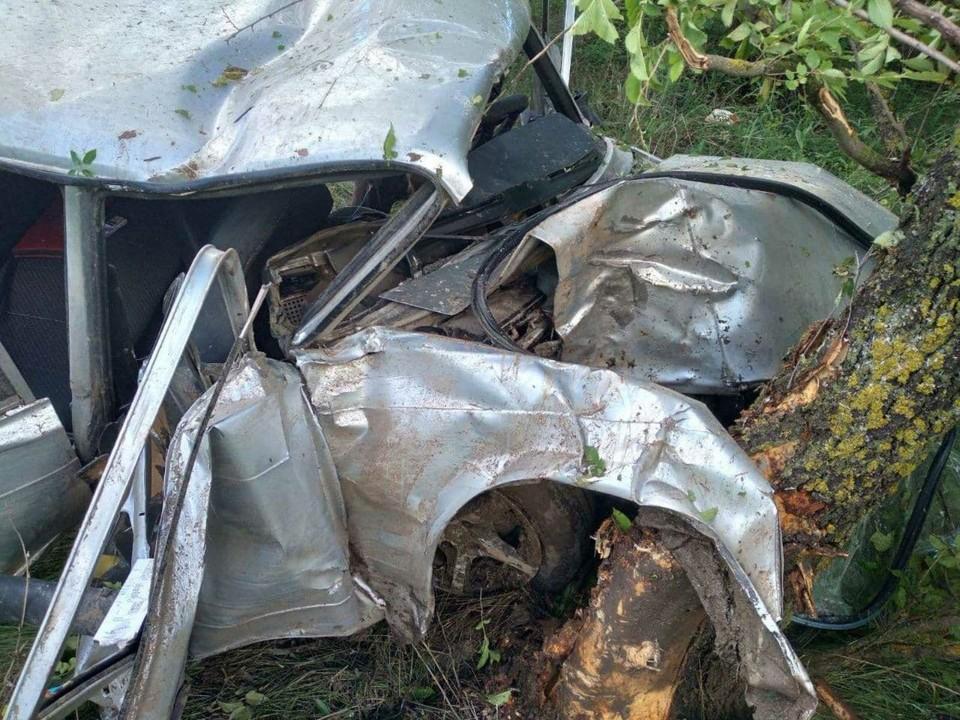 ДТП на дороге под Марксом. Машина врезалась в дерево