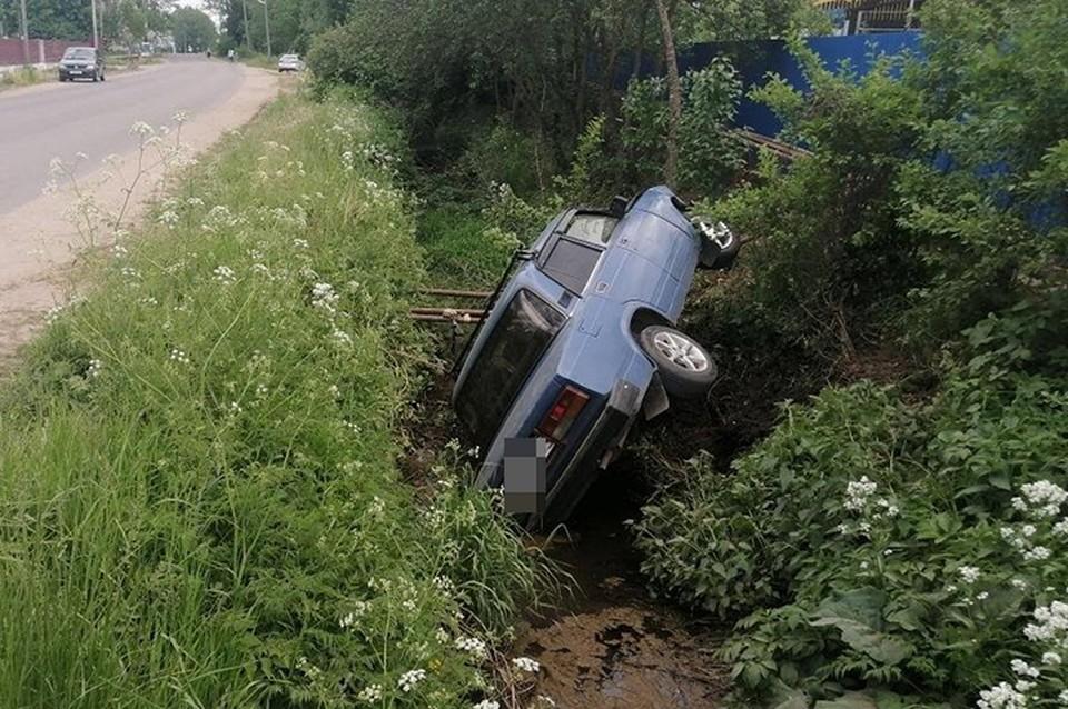 Водителю оказали помощь на месте ДТП Фото: УГИБДД России по Тверской области