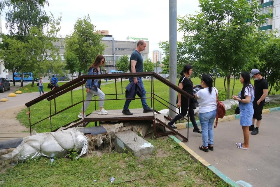 Металлические конструкции портят вид и лишают жильцов удовольствия от прогулок. Фото: Александр ЧИКИН.