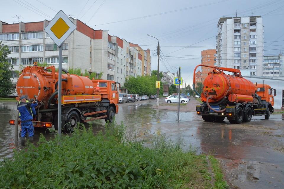 """Для откачки воды с улиц задействована техника МУП """"ЖЭК"""" Фото: администрация Твери"""