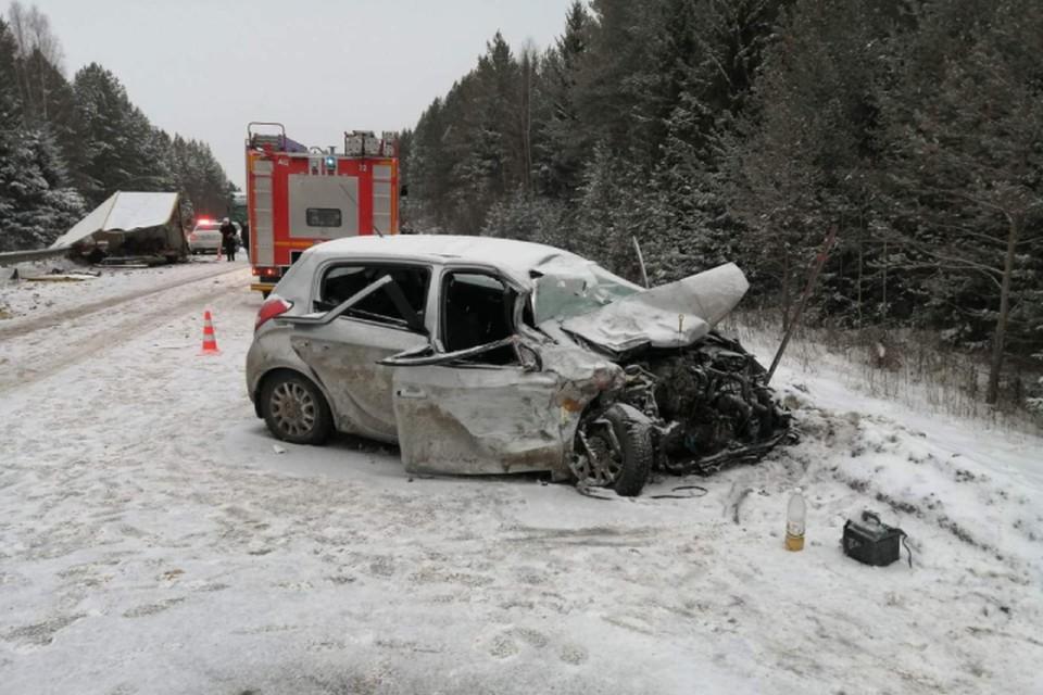 В легковушке находились пятеро человек, четверо из них пострадали и один погиб. Фото: vk.com/gibdd43