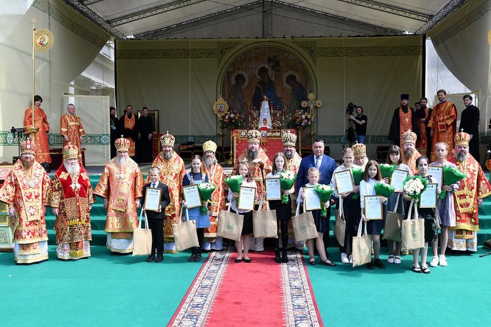 Игорь Руденя, священнослужители и дети - победители конкурса - сделали совместную фотографию на память. Фото:ПТО