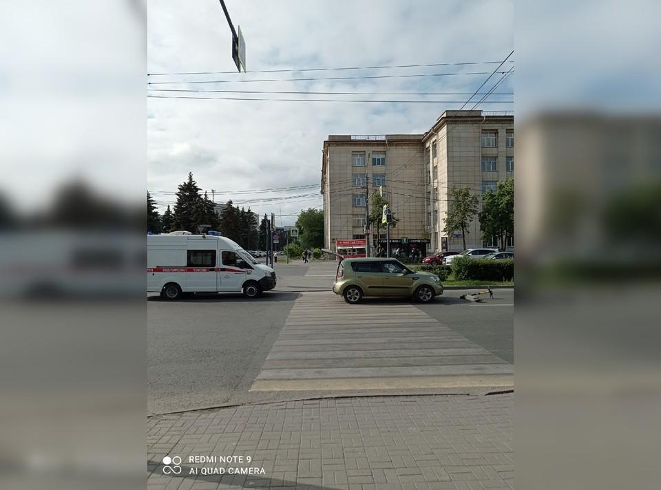 Машина пропустила всех, кроме самокатчицы. Фото: Женя Крамаренко