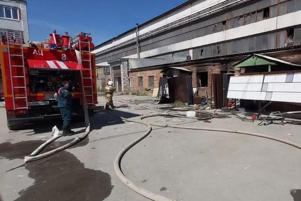 В здании выбило все стекла. Фото: ГУ МЧС России по Новосибирской области.