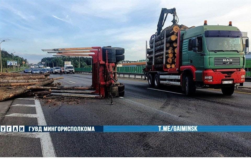 Прицеп лесовоза опрокинулся на трассе при движении. Фото: УГАИ ГУВД Мингорисполкома.
