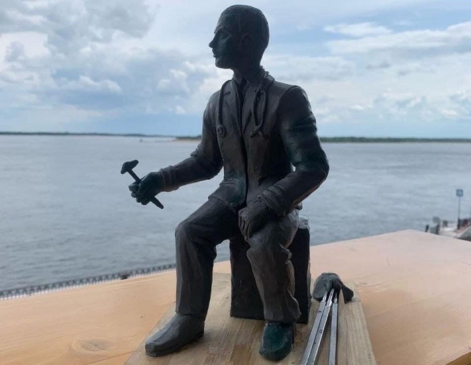 Сергей Давыдов завершает работу над памятником врачу-неврологу. Фото: Сергей Давыдов.