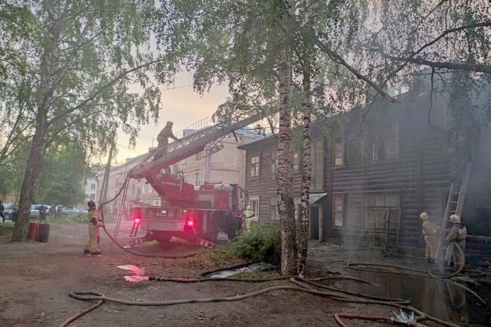 В результате пожара обгорели обрешетка крыши по всей площади, часть стен дома снаружи и изнутри общая площадь пожара - около 200 кв. метров. Фото: 43.mchs.gov.ru