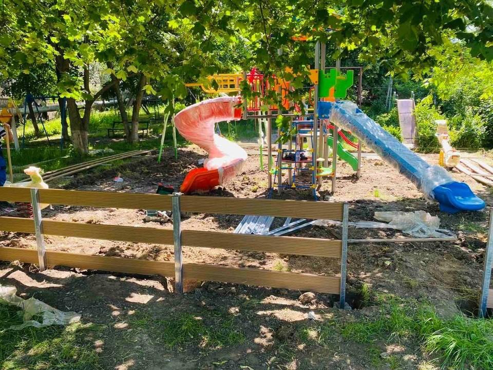 В Кишинёве началась установка детских площадок в ремонтируемых дворах. Фото: ionceban.md