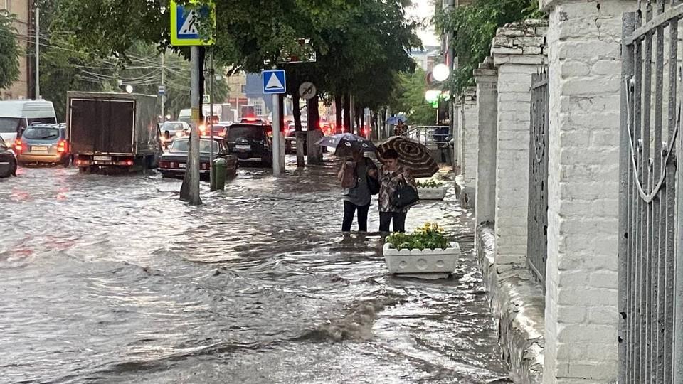 Улица Дзержинского. Воды на тротуарах по колено.