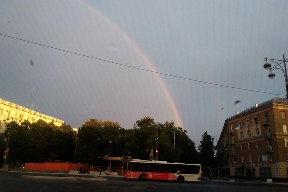 Фото с радугой в небе над Пермью пользователи размещали в соцсетях.