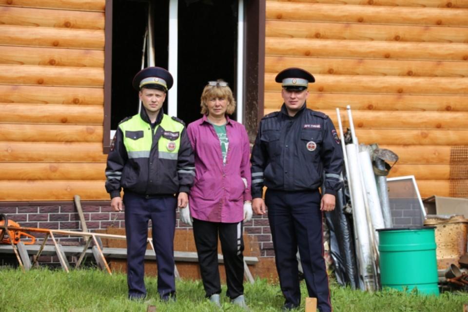 Будучи на посту, лейтенанты полиции Владимир Трышканов и Алексей Сухих увидели дым в одном из домов.