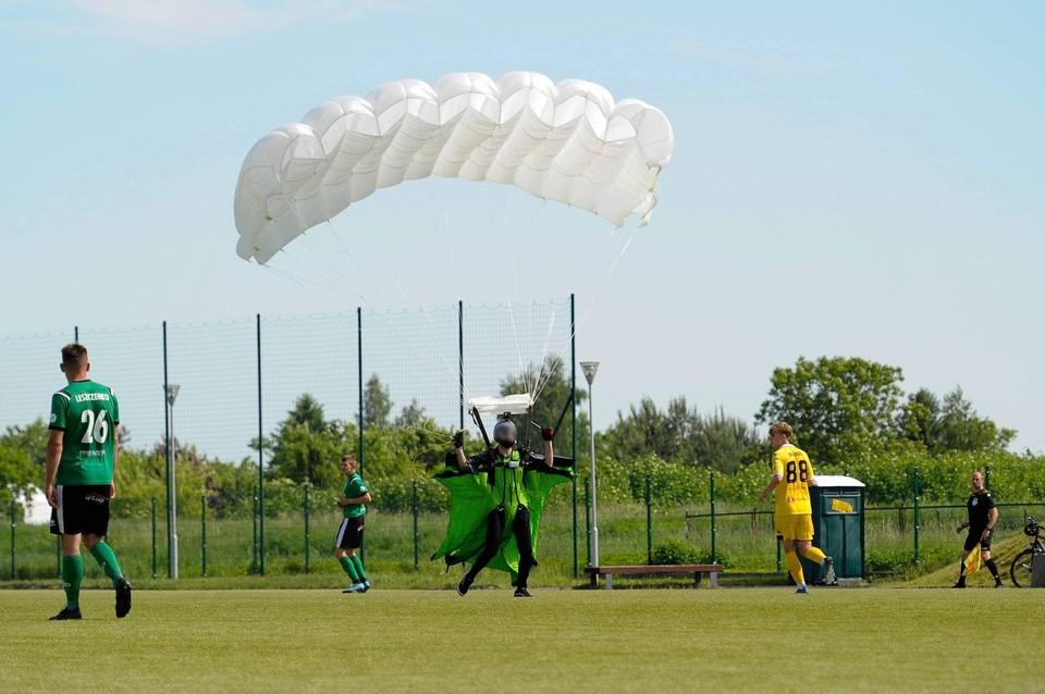 В Польше парашютист экстренно приземлился на футбольное поле во время матча и получил желтую карточку. Фото: ZKS Olimpia Elblag