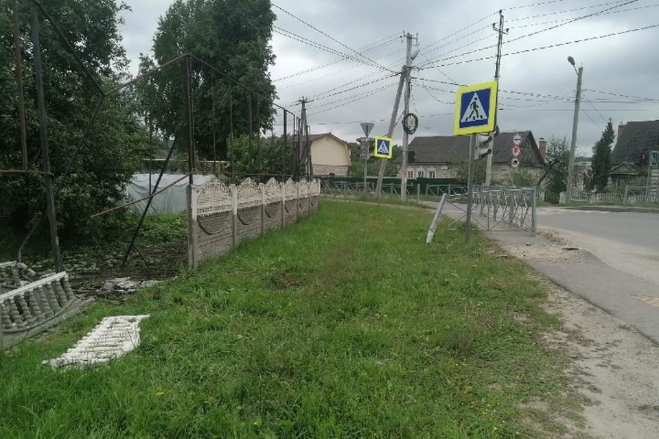 """В Бежицком районе Брянска ночью пьяная компания врезалась на автомобиле в забор. Фото: """"ЧП и ДТП Брянск"""", vk.com."""