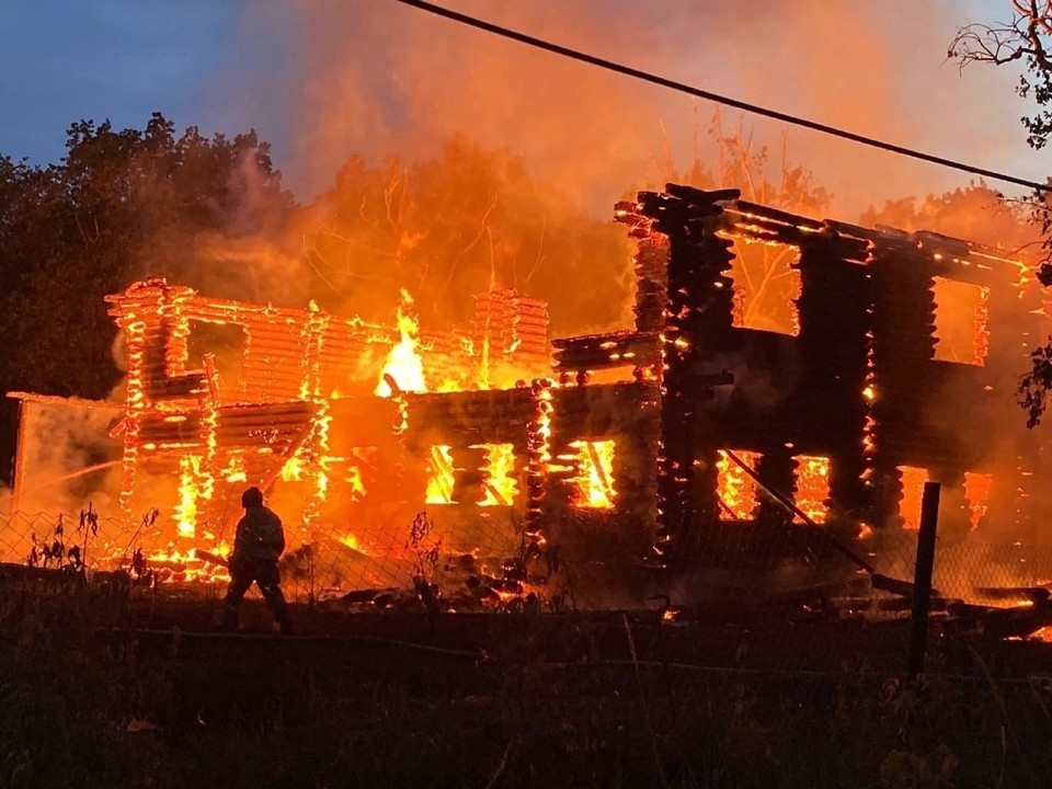 """Строящаяся турбаза горит в Самарской области. Фото - """"Подстепки Черный и Белый список"""""""
