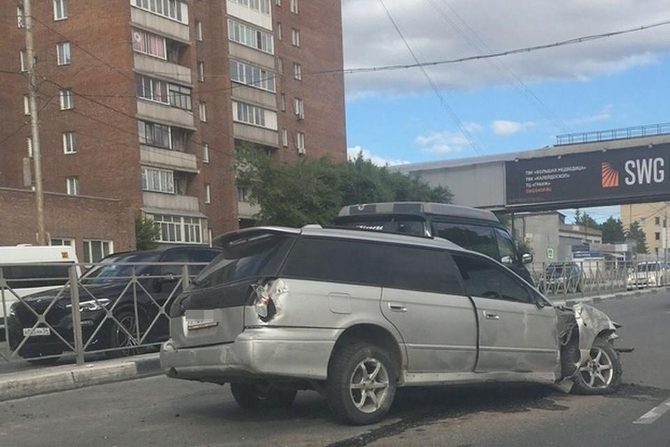В Новосибирске иномарка снесла забор. Фото: АСТ-54