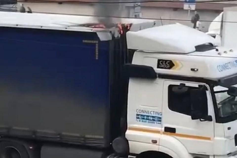В центре Новосибирска загорелся грузовик, оборвавший троллейбусные провода. Фото: стоп-кадр.