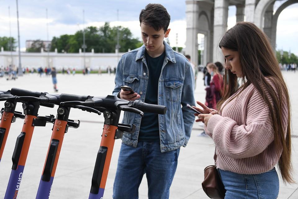 Молодые люди у пункта проката электросамокатов в районе ВДНХ.