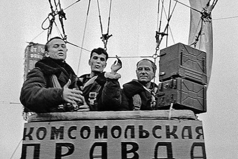 Леонид Репин (крайний слева) в своей первой воздушной экспедиции «Комсомолки» (1968 год). Фото: Личный архив