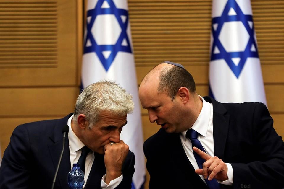 Решение Лапида (слева) объясняется поведением ряда депутатов, устроивших форменную свистопляску во время выступления соратника Лапида по коалиции и нового премьер-министра Израиля Нафтали Беннета.