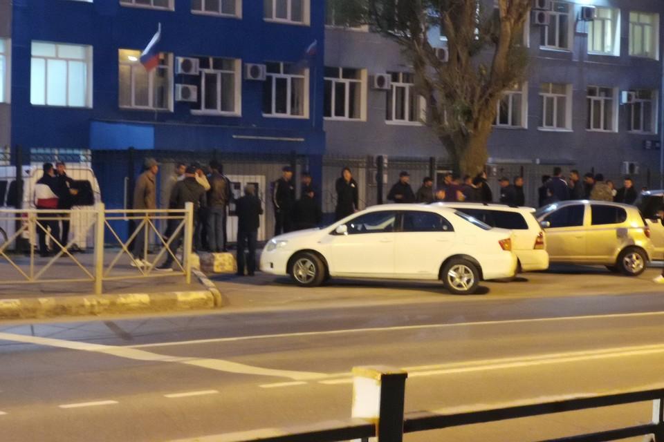 Мигранты пригоняют автомобили, чтобы их земляки не мерзли на улице