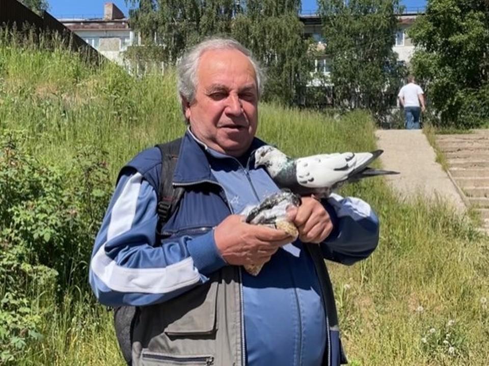 Владимир Иванович навещает своего пернатого друга каждый день.