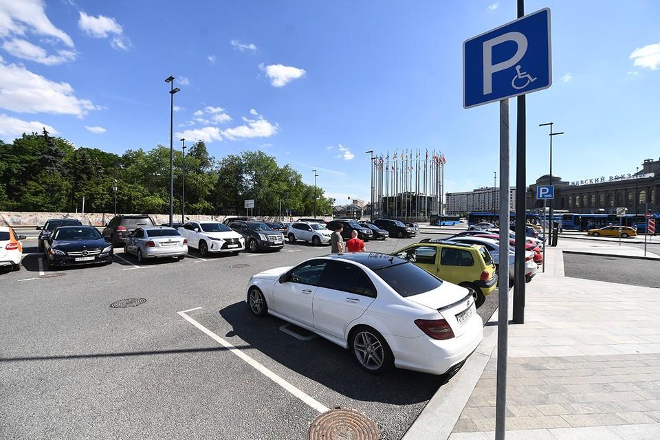 Некоторые паркуют свои авто на льготные места без желтых наклеек - это противоречит закону.