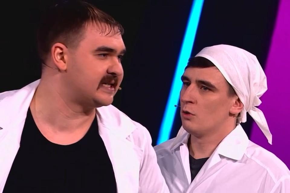 Ванек Ермишин (слева) в образе провинциального доктора. Источник фото - скриншот Comedy Баттл.
