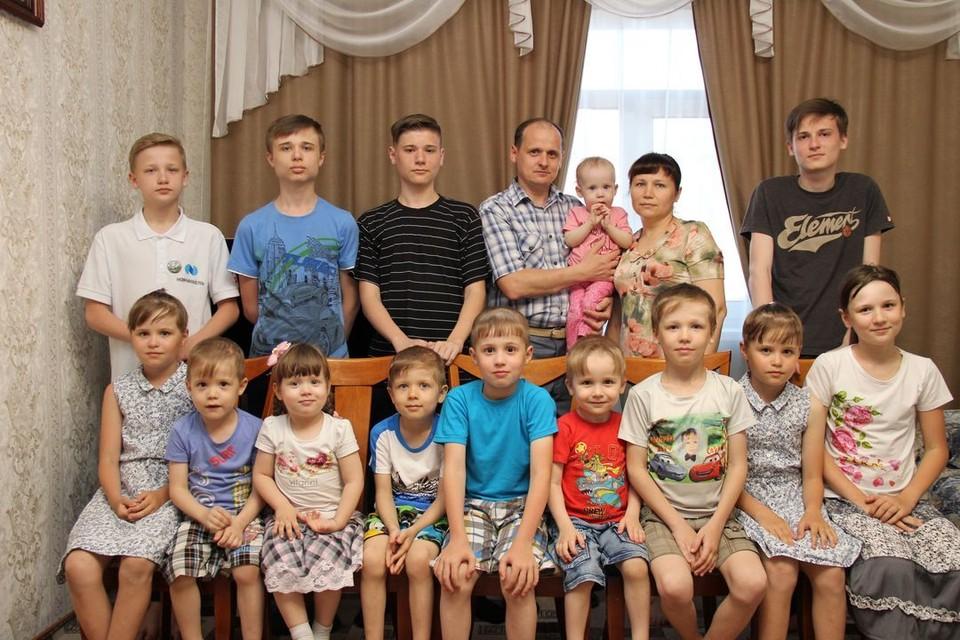 Эта семья даже больше, чем футбольная команда! Фото: Предоставлено пресс-службой ГУ МЧС по Новосибирской области.