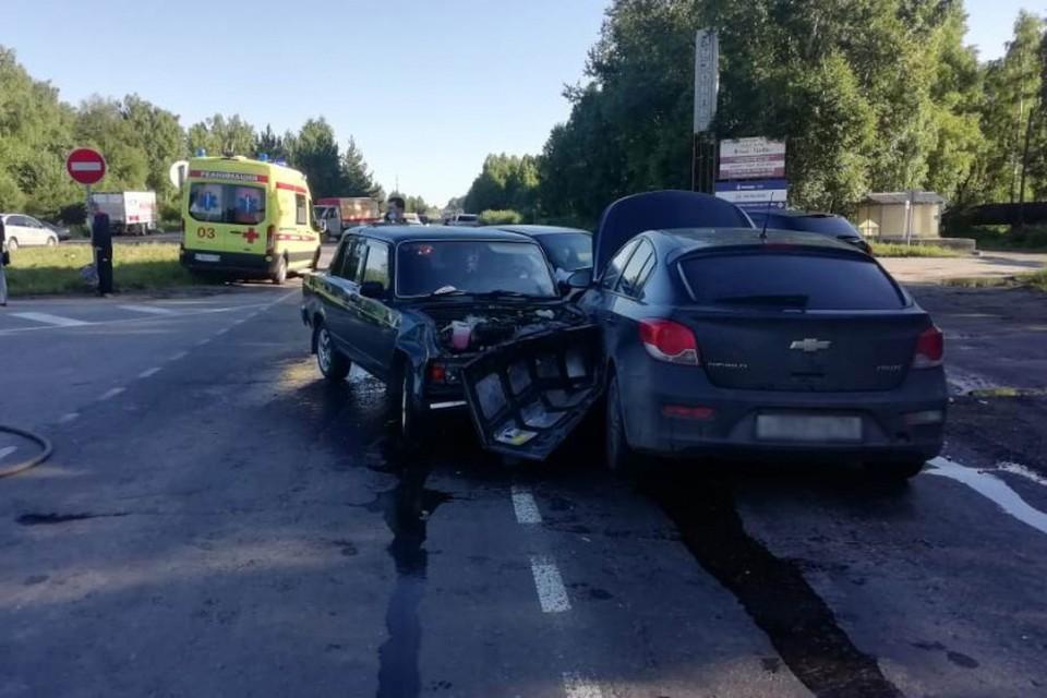 На месте аварии сотрудники ГИБДД регулируют дорожное движение.