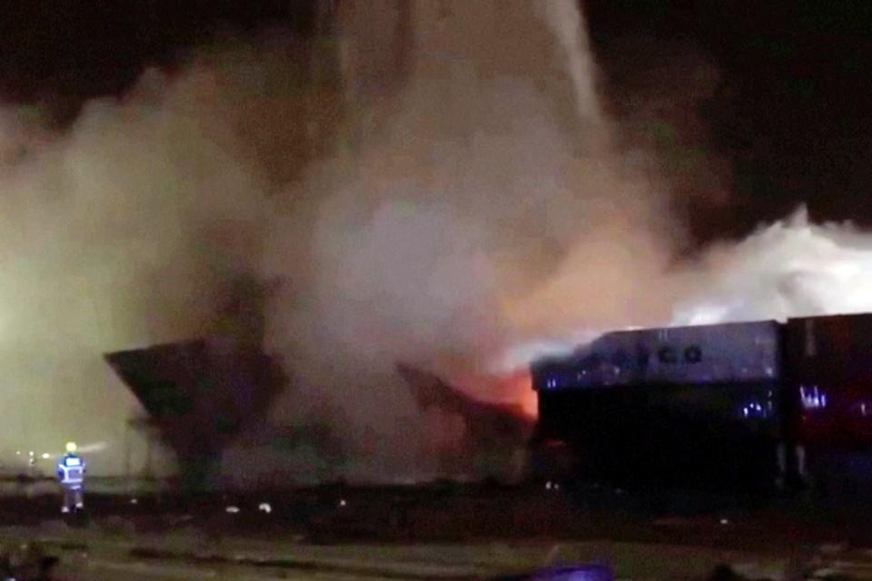 Согласно официальной версии событий, на судне взорвался контейнер, заполненный легковоспламеняющимися веществами