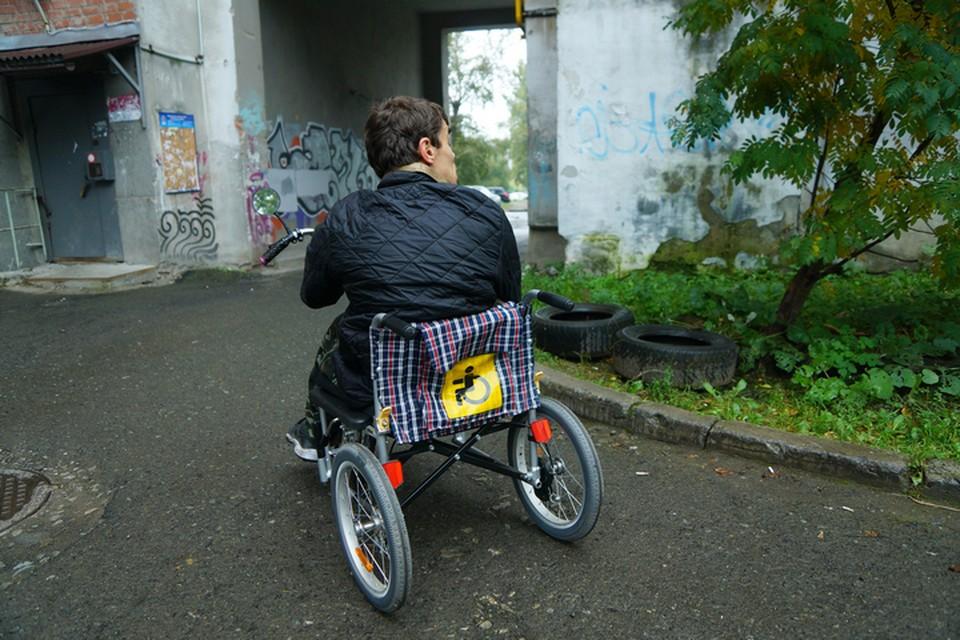Многие инвалиды живут в старых домах и дверные проемы не позволяют человеку на коляске даже элементарно выйти на свежий воздух.