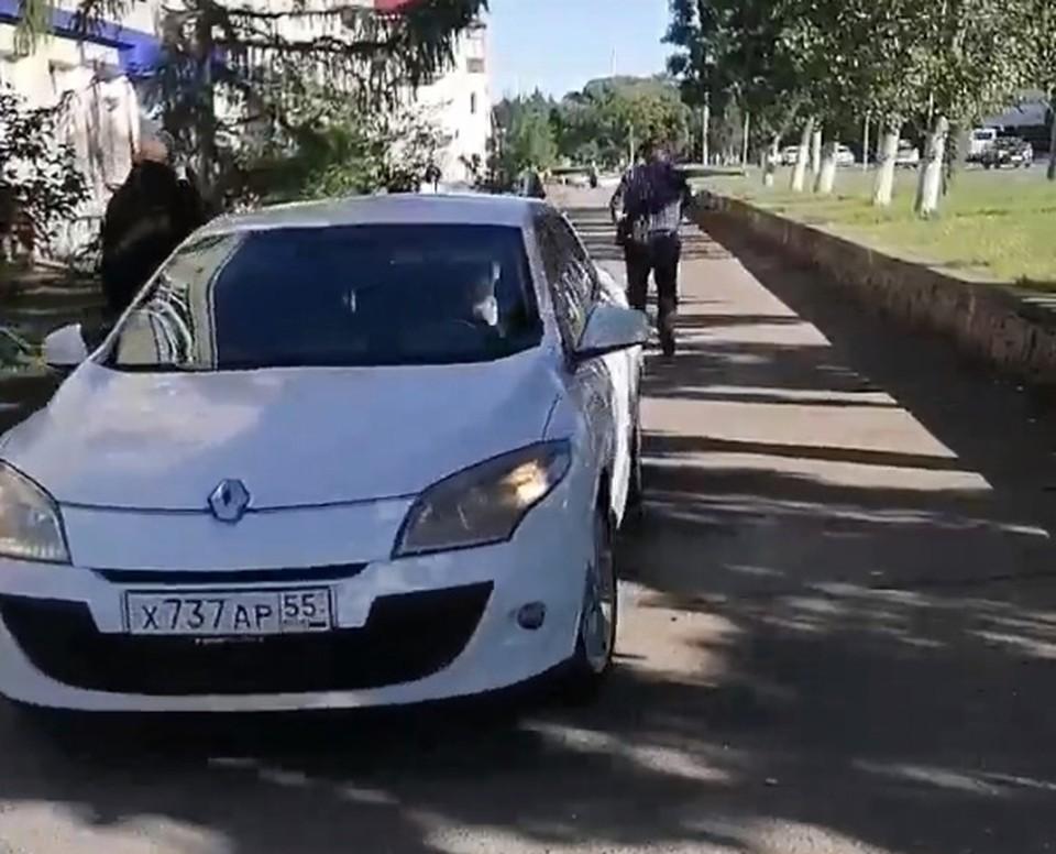 Житель пригорода, видимо, решил, что по центру Омска можно ездить, как по проселочной дороге. Фото: «Аварийный Омск»
