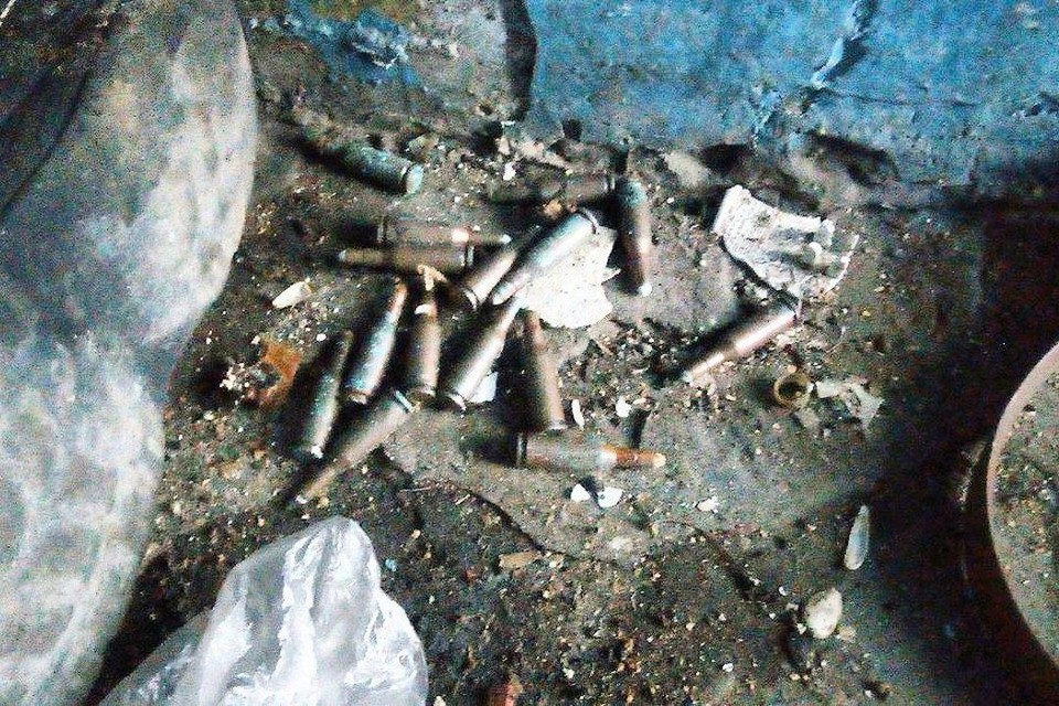 В Новосибирске в подвале жилого дома на улице Железнодорожная дворник нашел рассыпанные патроны. Фото: «Гражданский патруль»