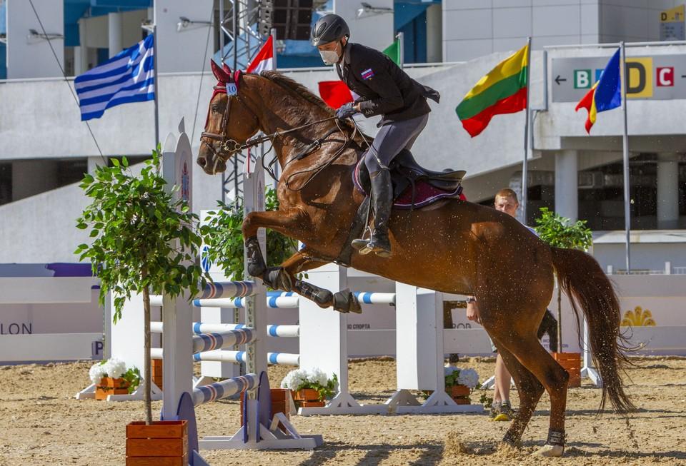 На коня Александр садится только в респираторе. Фото: личный архив героя публикации