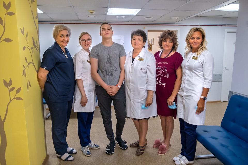 Подросток Сергей Мещеряков вместо со врачами, которые помогали ему в лечении рака. Фото: ЧОКДБ