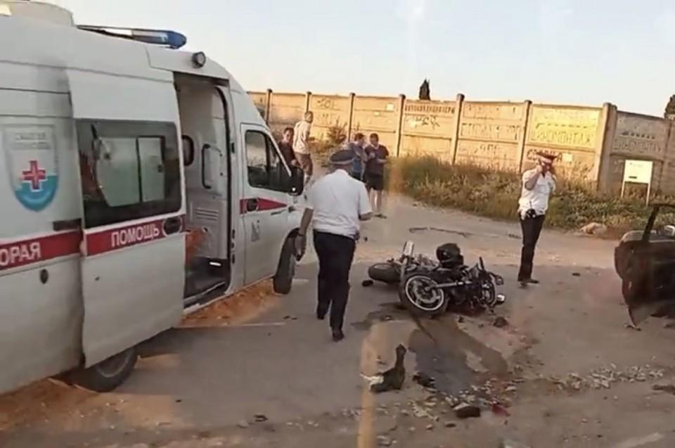 Мотоциклист дождался, когда приедет скорая, но, к сожалению, скончался прямо на руках у медиков. Фото: ForPost