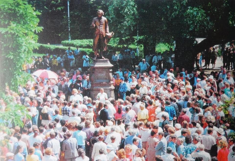 27 июня 1992-го состоялось открытие копии памятника Канту. При этом постамент – «родной». Уцелел благодаря тому, что после войны на нем стоял бюст Тельмана.