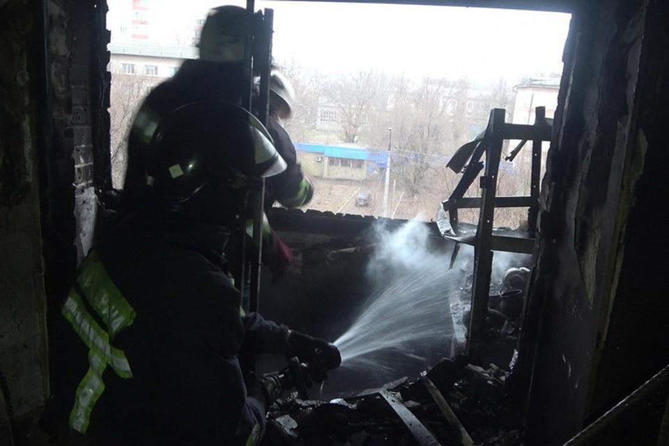 Пожар произошел в квартире на девятом этаже. Фото: МЧС ЛНР