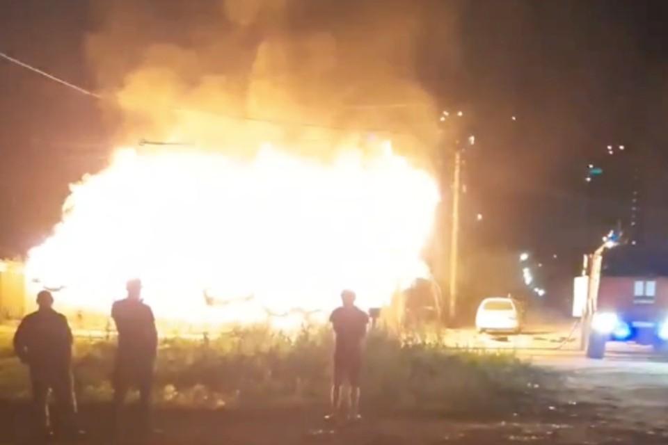 Более 10 человек пришли понаблюдать за пожаром