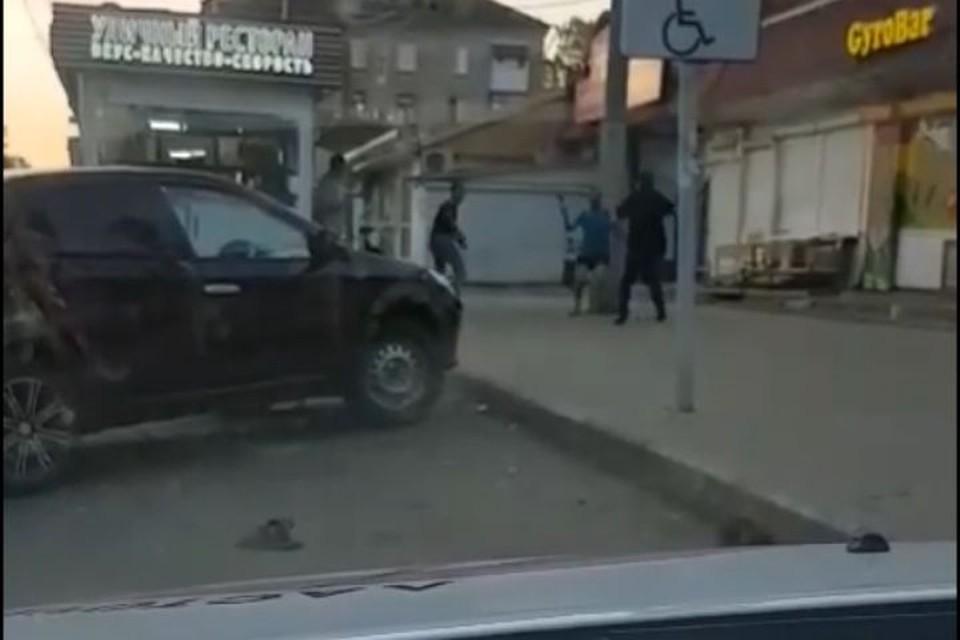 Водитель такси сначала снимал драку, а после попал под горячую руку дерущихся. Скриншот с видео