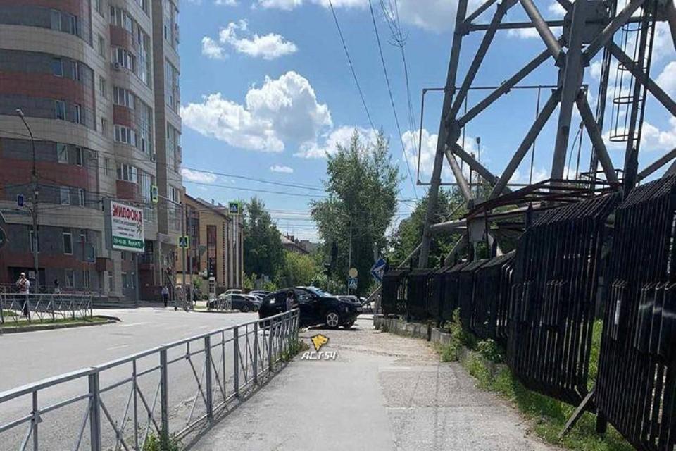 """В Новосибирске девушка за рулем кроссовера врезалась в столб. Фото: """"АСТ-54""""."""