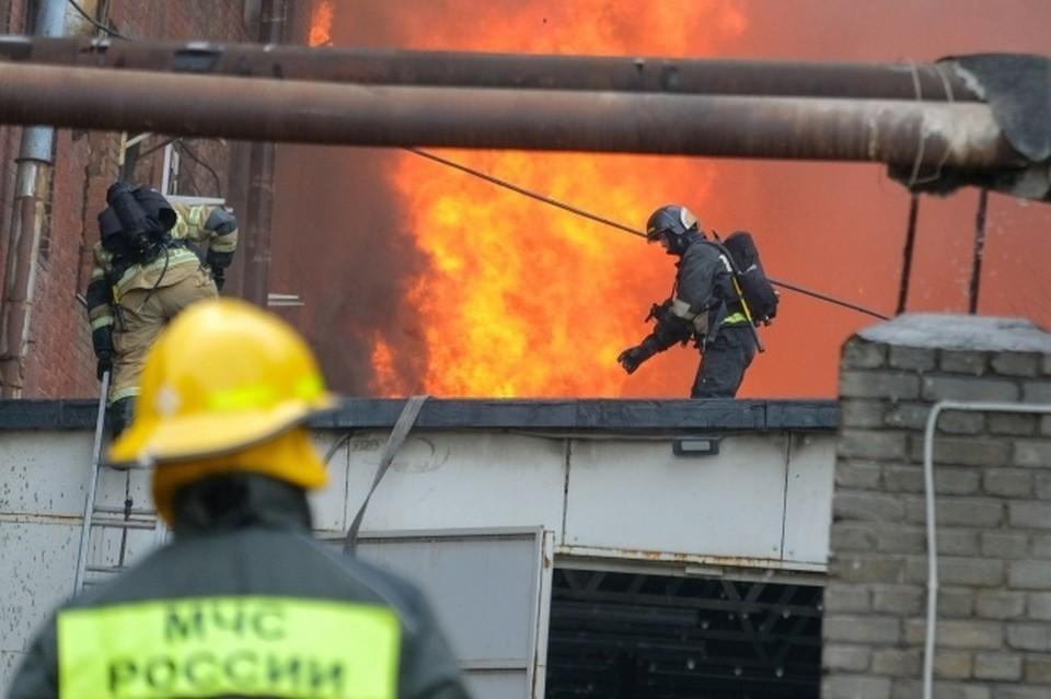 На то, чтобы потушить пожар, у спасателей ушло около часа