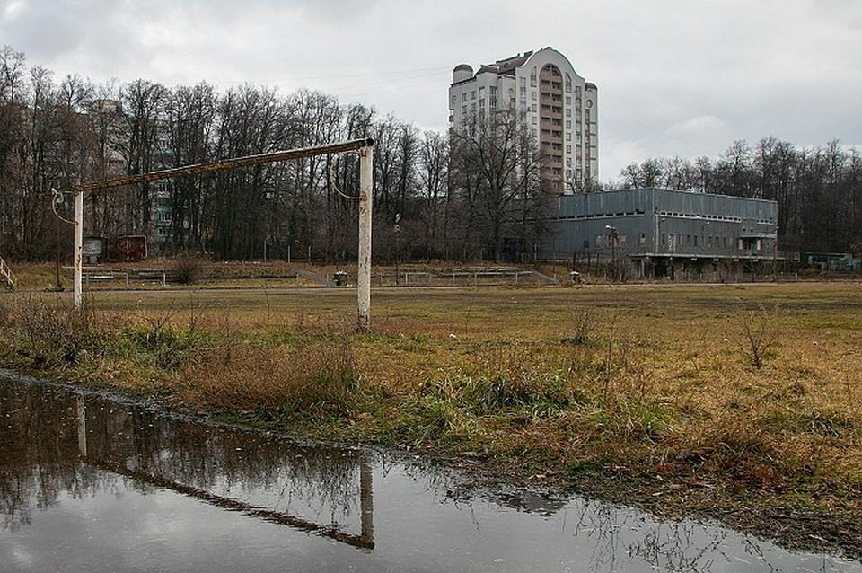 Некоторые заброшенные места находятся едва ли не в центре города. Как этот стадион «Промсвязь»