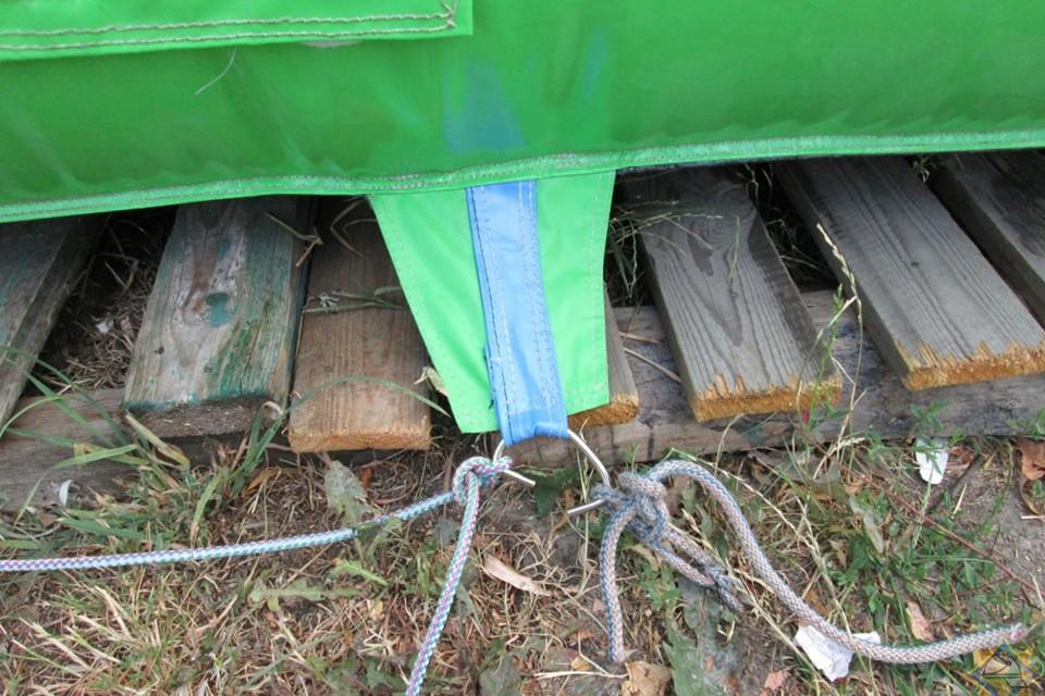 Вот такие нарушения иногда допускают при креплении надувных аттракционов. Фото носит иллюстративный характер. Фото: МЧС.