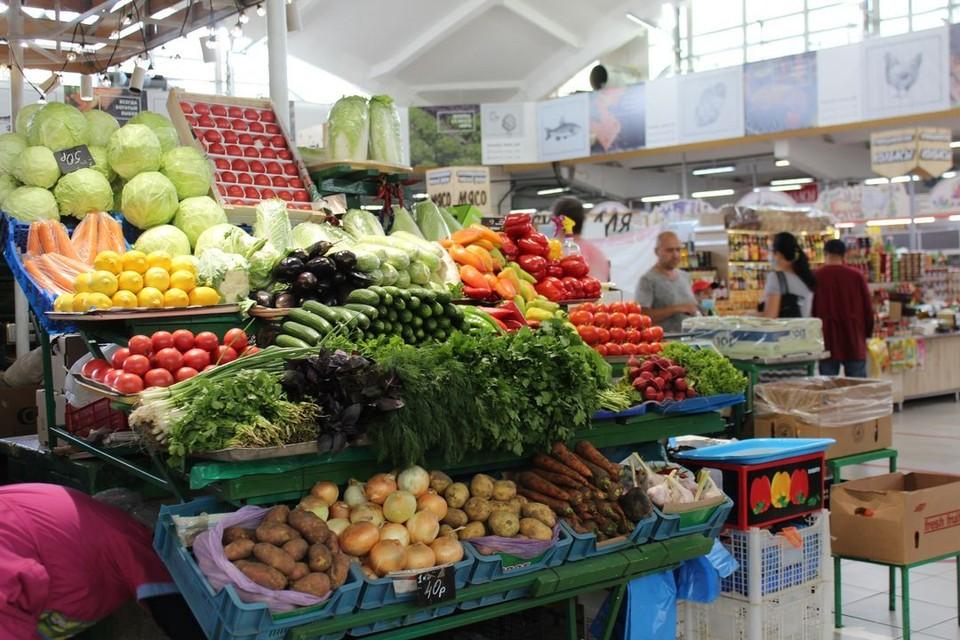 Прилавки с овощами пока не намекают на их дефицит. Автор: Ксения Лошкарева