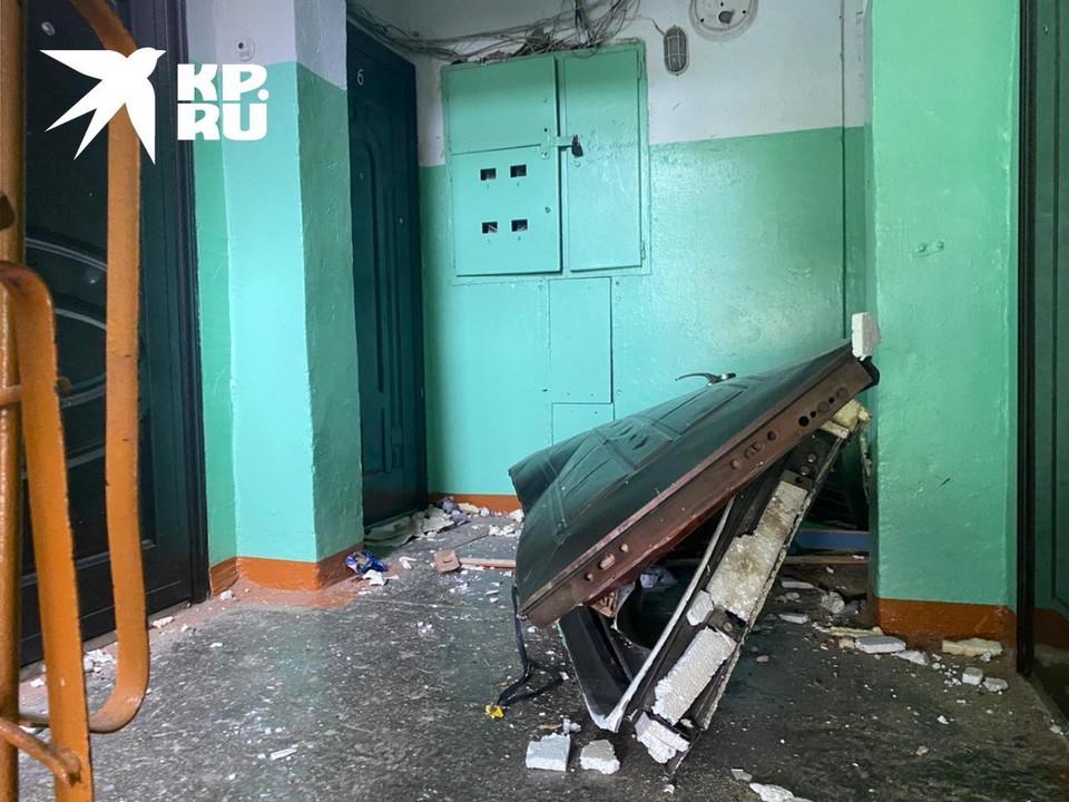 В результате взрыва полностью вырвало дверь.