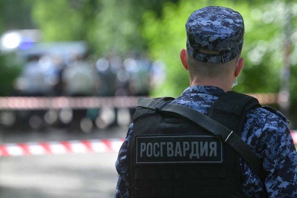 Сотрудники Росгвардии передали задержанных полицейским
