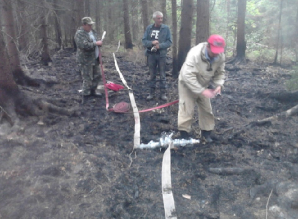 16 огнеборцев тушили лесной пожар под Смоленском. Фото: ГУ МЧС России по Смоленской области.